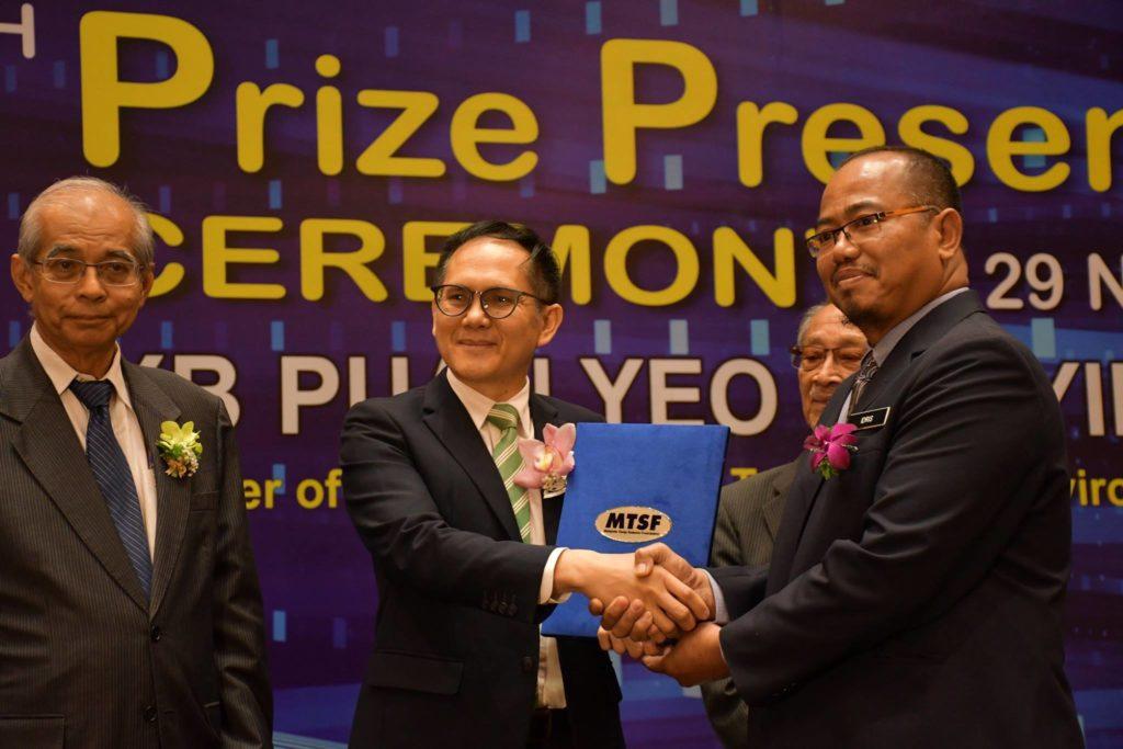 Cikgu Idris Abd Talib Ketika Menerima Anugerah Daripada MTSB Nove 2018 yang lalu
